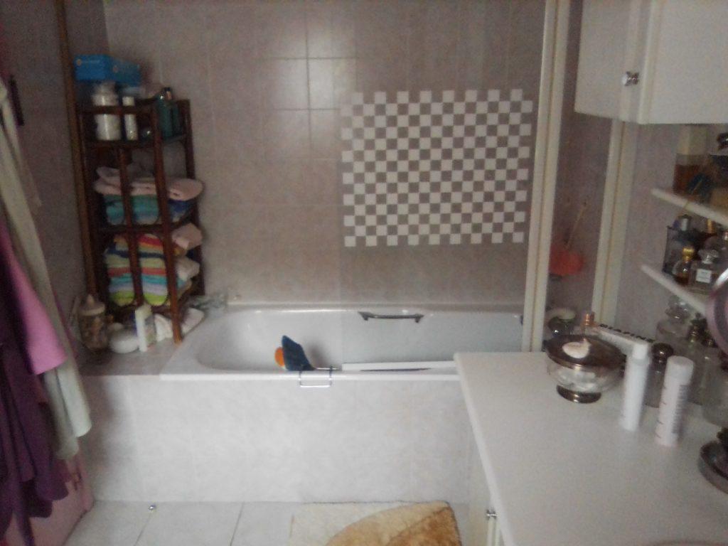 baignoire dans salle de bain à rénover